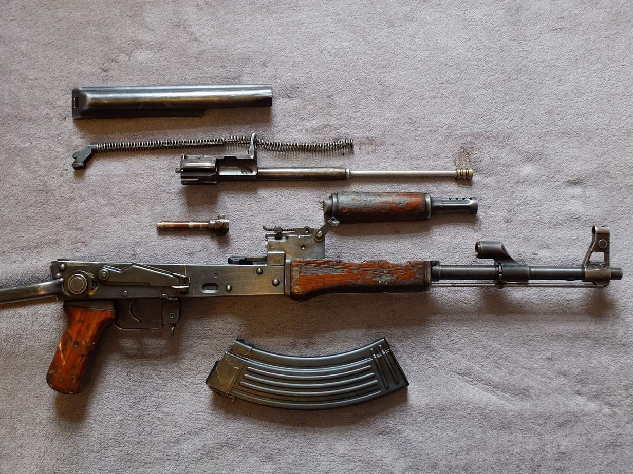 fusil d'assaut AK47 démonté