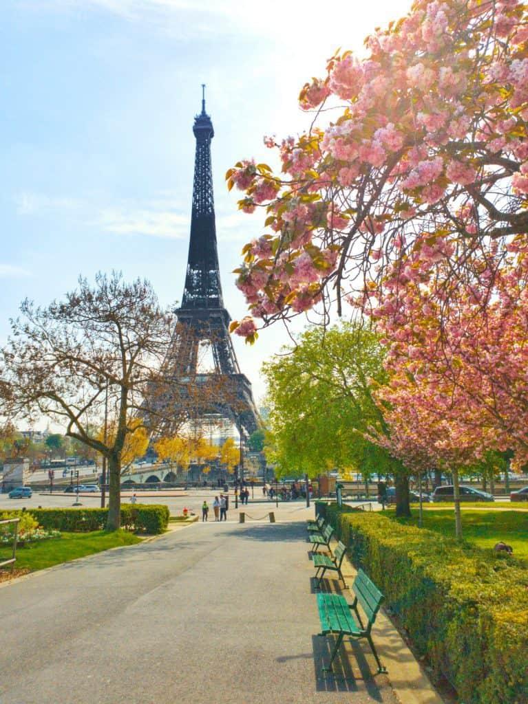 tour Eiffel et bancs